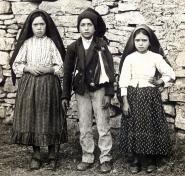 """Em 13 de outubro de 1930, pela Carta Pastoral """"A Divina Providência"""", o Bispo de Leiria declara """"dignas de crédito as visões das crianças na Cova da Iria"""" e permite oficialmente o culto de Nossa Senhora de Fátima."""