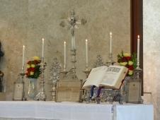 Altar ornado em honra de Nossa Senhora