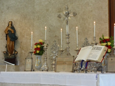 Altar ornado em honra de Nossa Senhora 2