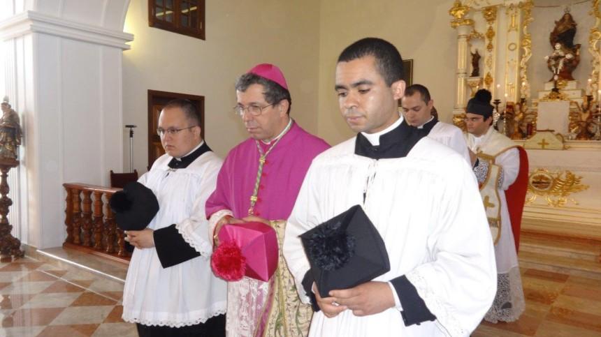 Dom José Aparecido e seminaristas do Instituto do Bom Pastor
