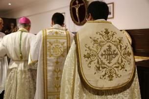 Bispo paramentando-se