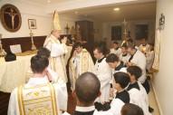 Dom Fernando abençoa ministros sagrados e acólitos
