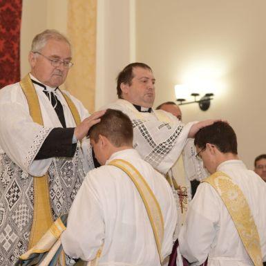 Imposição das mãos feita por todos os Padres após a imposição da mão feita pelo Pontífice